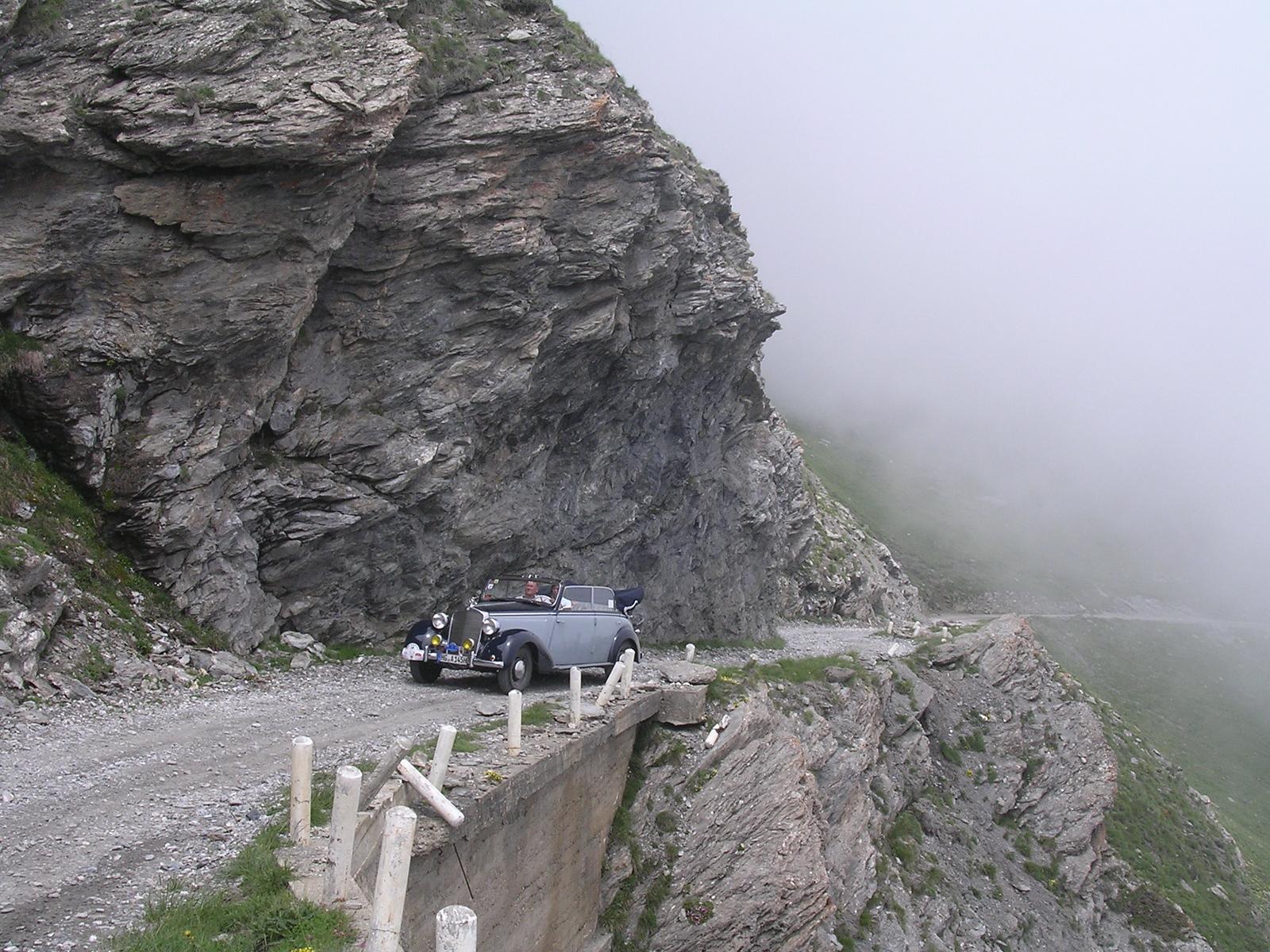 Ausgesetzt 4 = Deel van de weg zonder uitwijkmogelijkheden. Flank aan één kant en afgrond aan de andere
