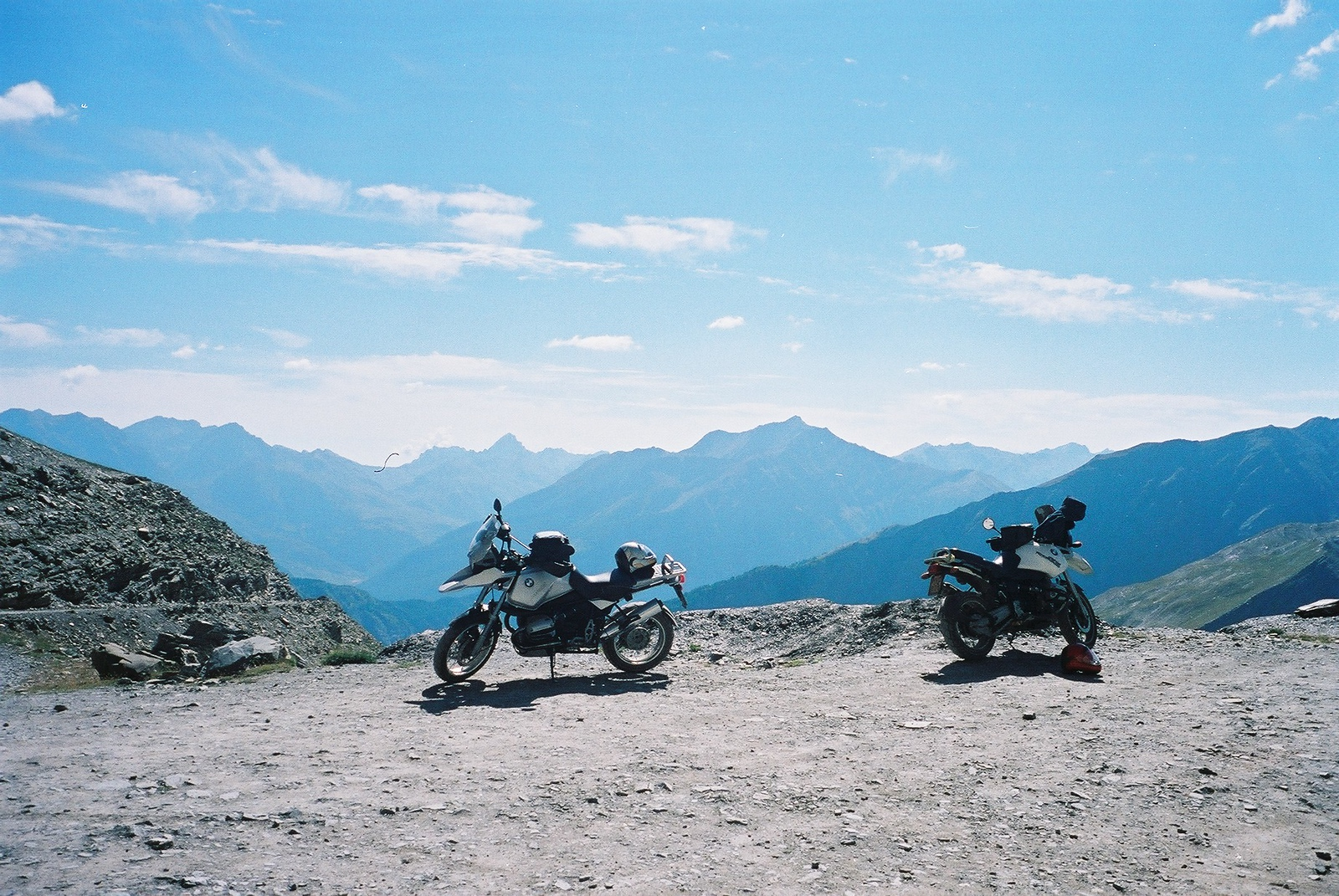 augustus '02 Chris op de grijze 1150, ik op zijn oude witte 1100. Niemand wist dat ik hier enkele jaren later met de grijze ging staan