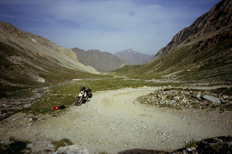 juni '03 Aan de voet van de tweede groep haarspeldbochten. Op het einde van de fantastische hoogvallei