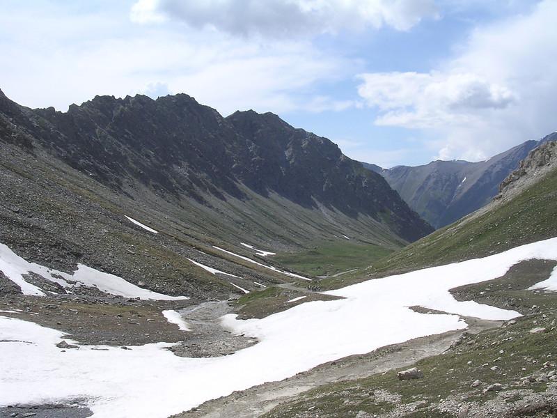 juni '05 Drie moto's voor een sneeuwblokkade op het einde van Pian dei Morti