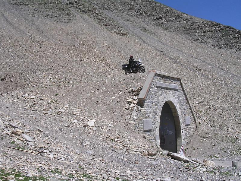 Big Mike bovenop de poort van de Parpaillontunnel, ondertussen onmogelijk en verboden