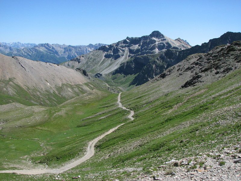 Een doodlopende vallei ergens ten einde een andere doodlopende vallei. Daar een onverharde route beklimmen naar 2800 meter vinden veel mensen onverantwoord. Maar het is er wel rustig en indrukwekkend mooi.