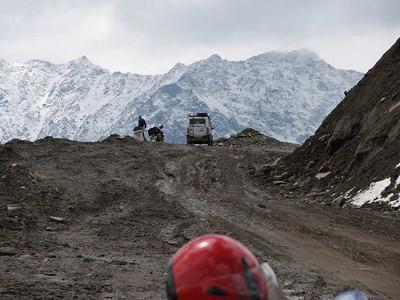 Deze modderpartij maakt ook deel uit van de Manali-Leh Highway...