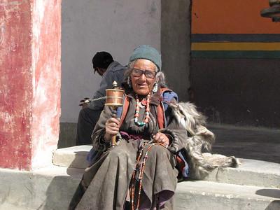 biddende Ladakhi vrouw