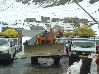 BRO bulldozer en vele Tata jeeps van geblokkeerde toeristen