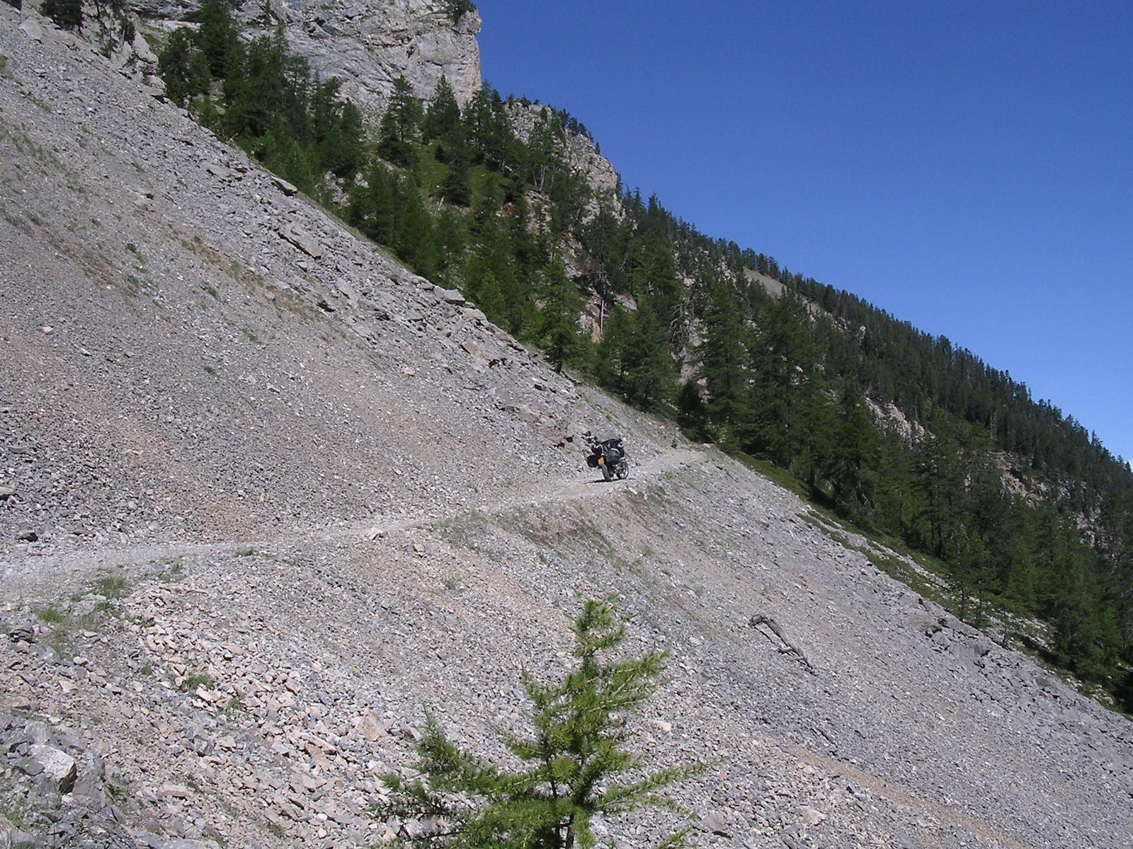 Deel van de weg zonder uitwijkmogelijkheden. Flank aan één kant en afgrond aan de andere