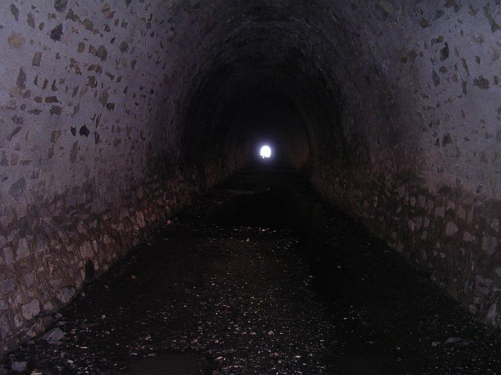 Jawel !!! Er is licht aan het einde van de tunnel. Na 50 of 70 meter in de tunnel zie je de andere uitgang al