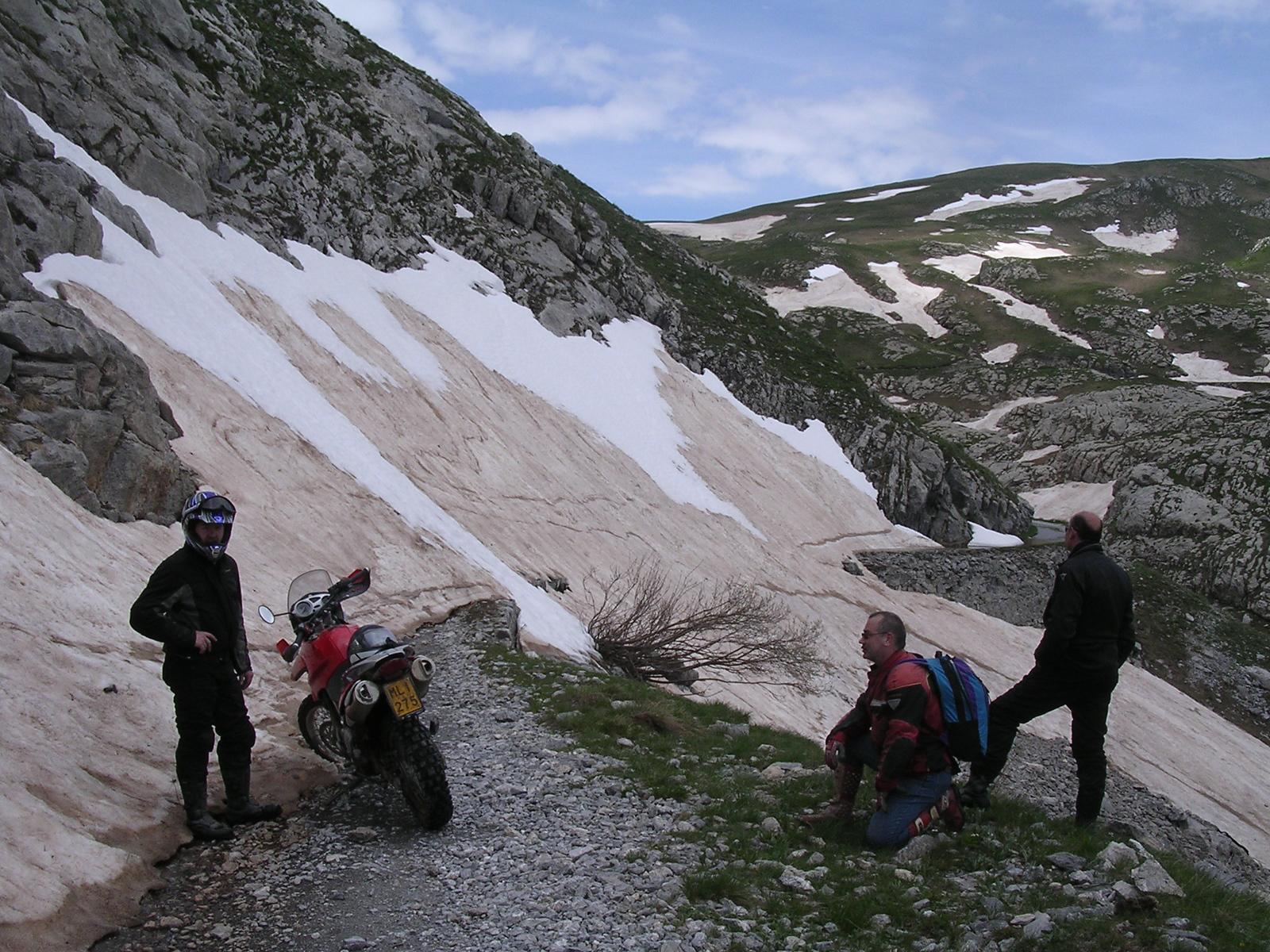 Unpassierbar wegen Restschnee. De weg ligt nog bedolven onder de sneeuw. Omdraaien en terugrijden is de boodschap. LGKS juni '04
