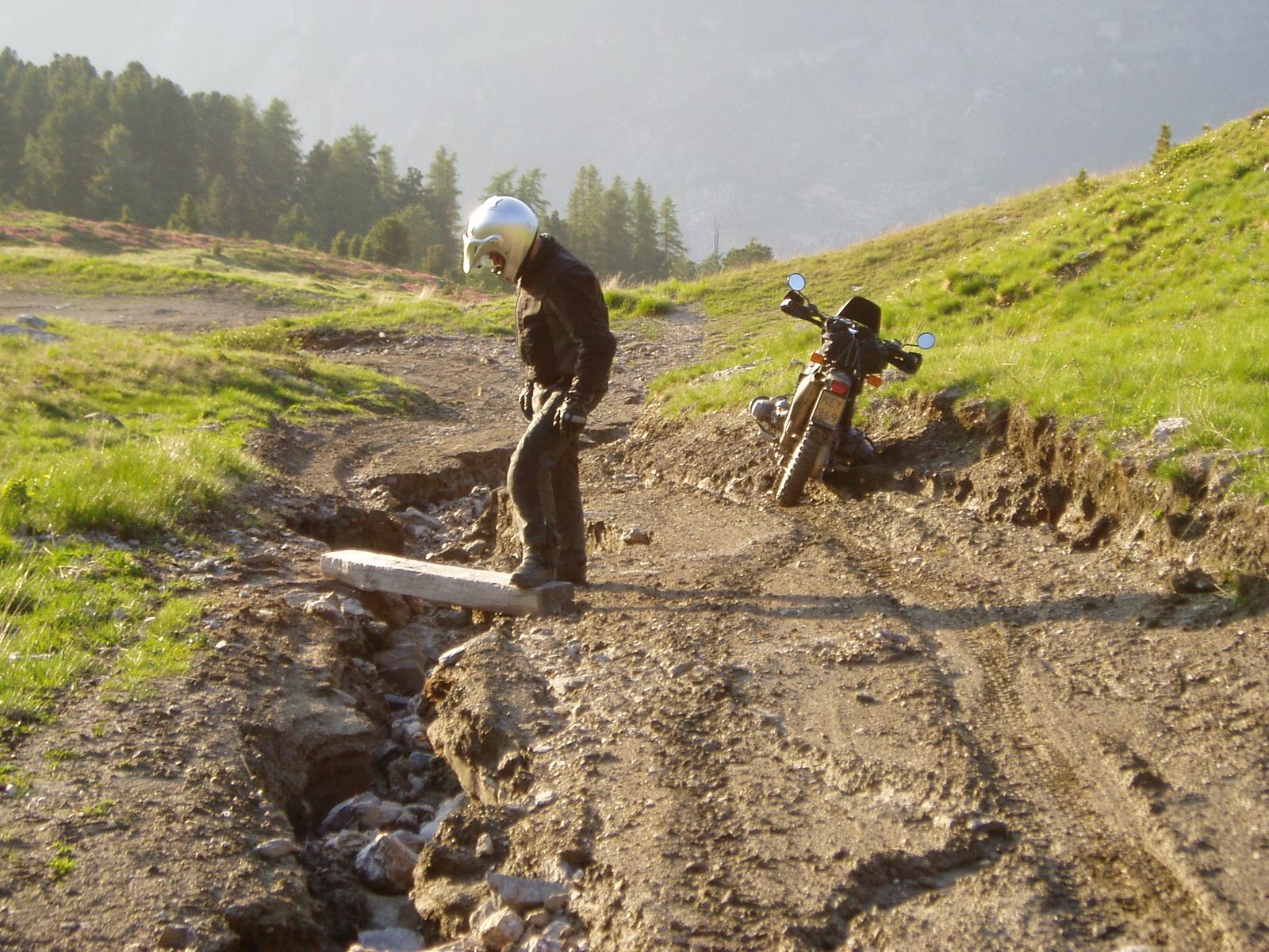 Ausschwemmungen langs 1 = Langsgroeven door (smelt)watererosie