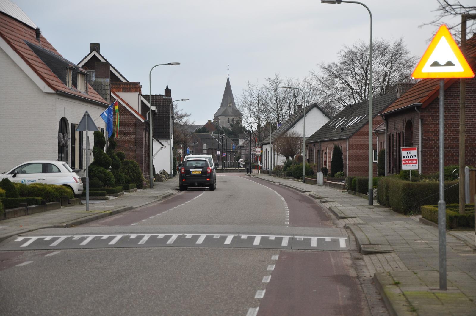 Verhoging over de volledige breedte van het wegdek, evidentste voorbeeld is een verkeersdrempel